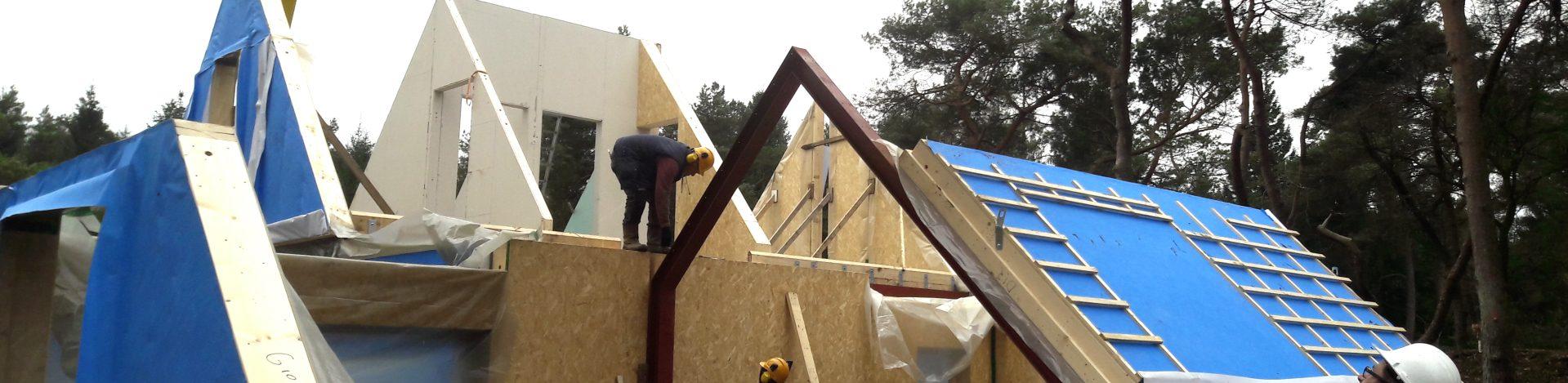 Houtskelet dak in aanbouw.